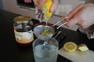 Squeezing lemon lemon honey drink