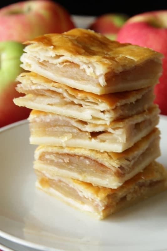 Apfelkuchen aus Topfenteig Ein einfaches Rezept für gedeckten Apfelkuchen aus Omas Küche. der Topfenteig ist der perfekte Mürbteig zu den süßen Äpfeln - schön mürb und blättrig.