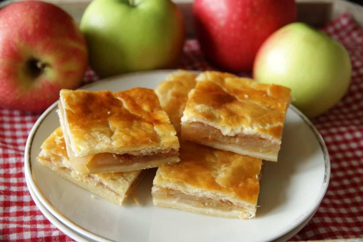 Apfelkuchen aus Topfenteig Ein einfaches Rezept für gedeckten Apfelkuchen aus Omas Küche. der Topfenteig ist der perfekte Mürbteig zu den süßen Äpfeln - schön mürb und blättrig. #apfelkuchen #mürbteig #mürbeteig #gedeckter #einfach #schnell #omas #wenigzucker #blech #zimt