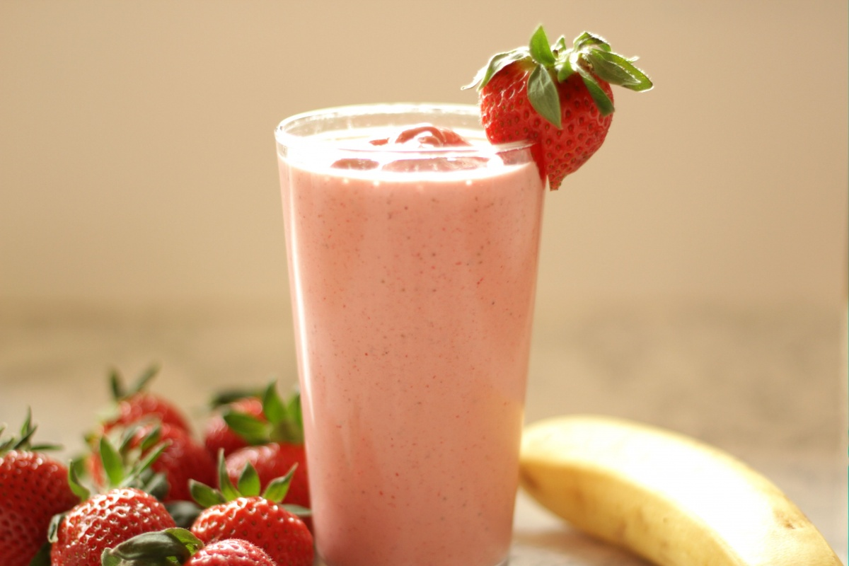 Easiest Ever Strawberry-Banana Smoothie ~ Living on Cookies