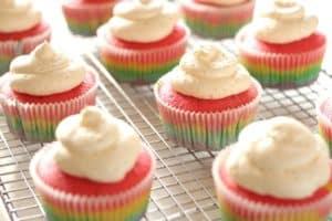 Rainbow Cupcakes (Regenbogen Cupcakes) mit fluffiger Vanille Buttercreme