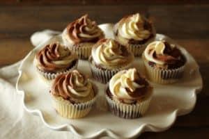 Marmor Cupcakes mit marmoriertem Frischkäse Frosting