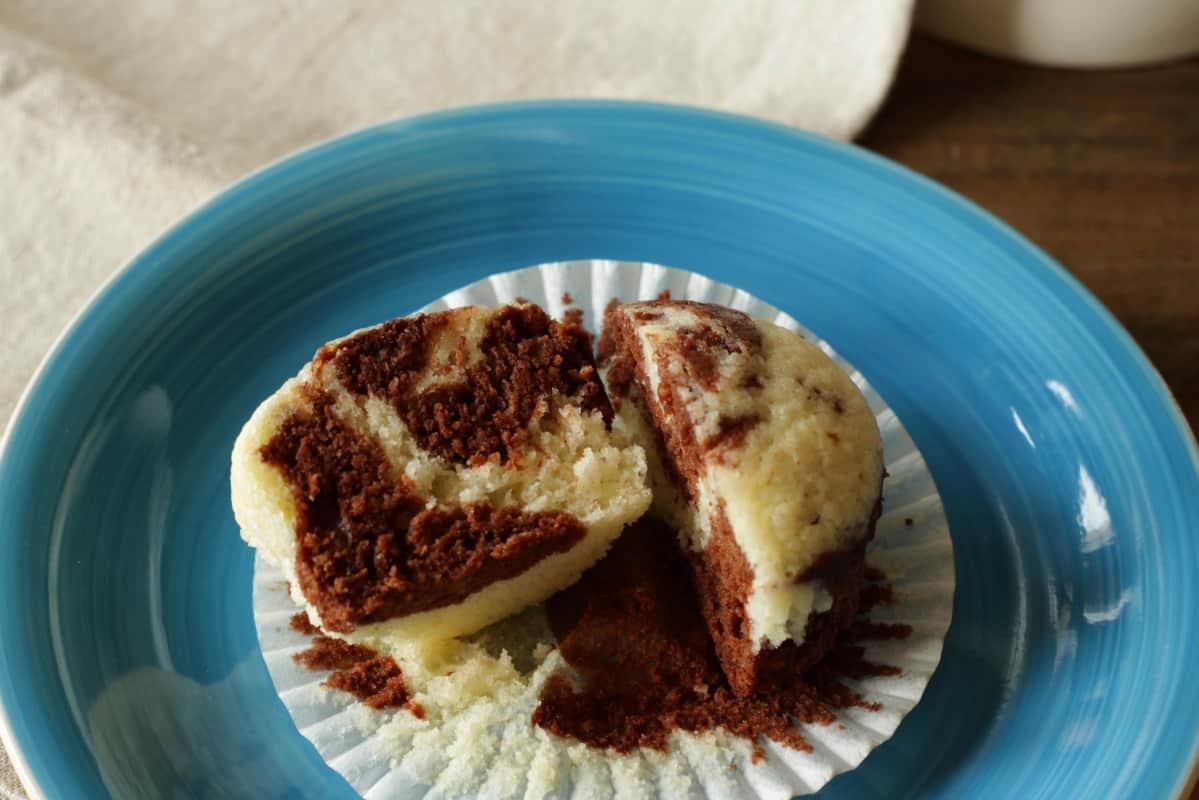 Diese Schoko-Vanille Marmorkuchen Cupcakes sehen herzig aus und sind ganz easy in der Zubereitung. Der Kuchen ist fluffig und saftig. Das marmorierte Frischkäsefrosting ist das Beste Frosting! Probiere dieses Rezept für deine nächste Feier aus!