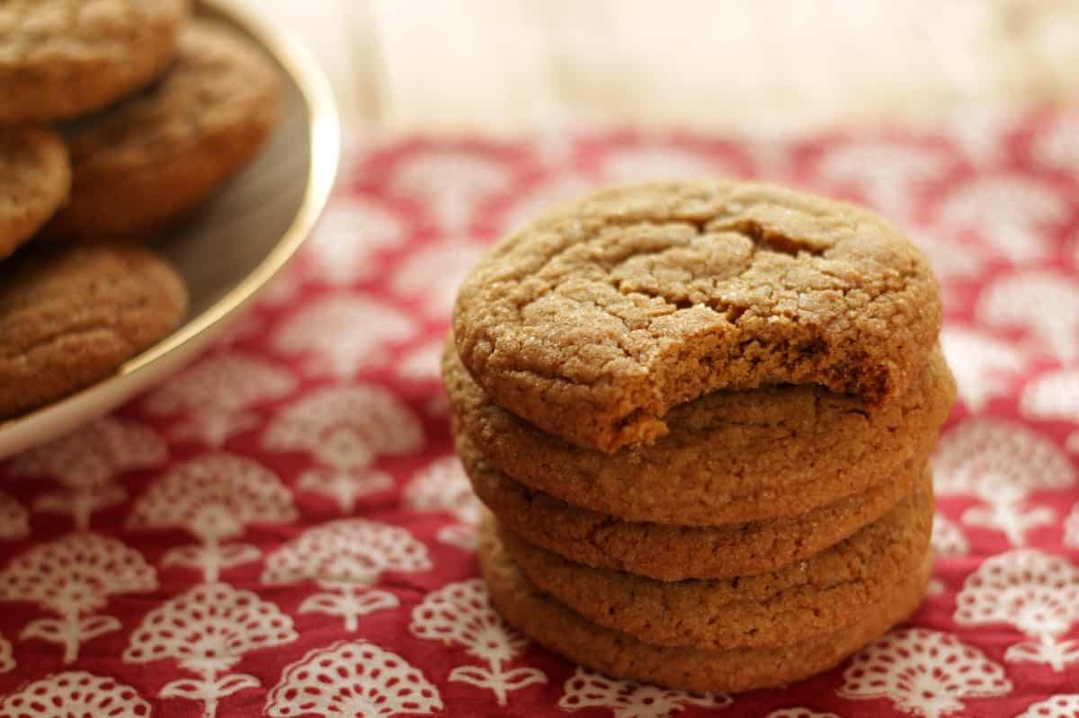 Weiche Ingwer-Melasse Cookies sind im Handumdrehen fertig und sie bleiben lang weich und saftig. Probiere das Rezept für Herbst aus! #weich #einfach #cookies #lebkuchen #herbst #weihnachten
