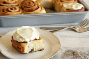 cinnamon roll on plate, tray in background