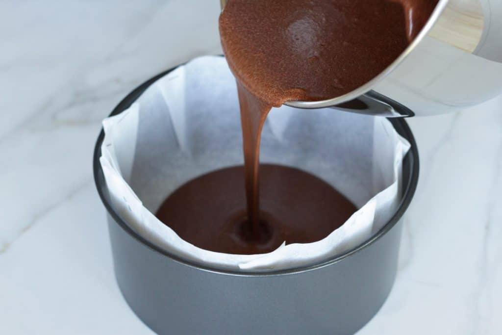 Schritt-für-Schritt Anleitung wie man eine wunderschöne Schoko-Regenbogentorte macht. Wir verwenden einfache und geling-sichere Rezepte für selbstgemachten Schokoladenkuchen, Vanillebuttercreme und Schokoladen-Ganachefrosting. Eine Geburtstagstorte für Schokoliebhaber!