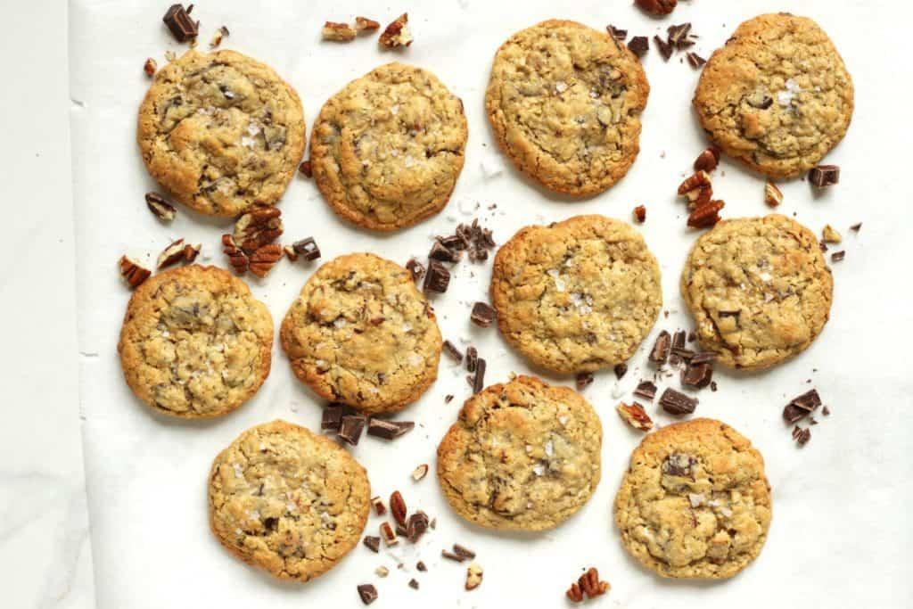 """Cowboy Cookies werden aus echten Schokostückchen, Haferflocken, Kokosflocken und Pecannüssen gemacht. Sie sind saftig und """"chewy"""". Du wirst begeistert sein!"""