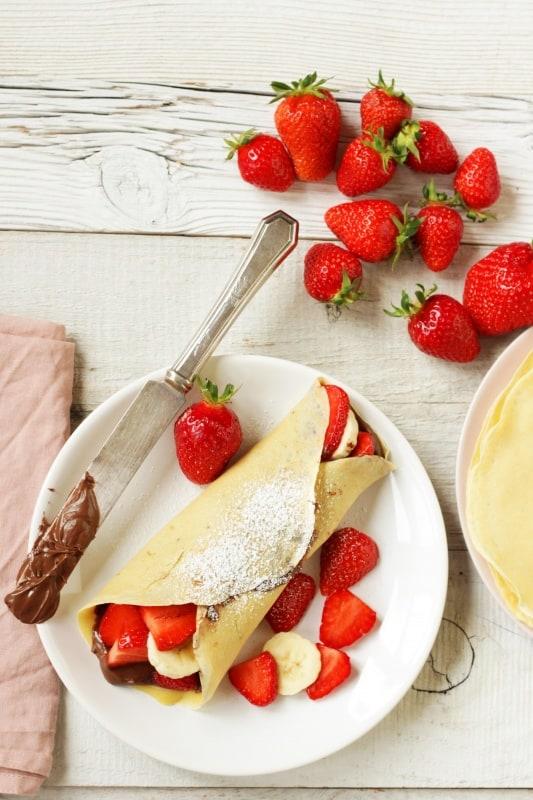 Palatschinken sind einfach und schnell zu machen und mit diesem Rezept gelingen sie immer. Gefüllt mit Nutella, Erdbeeren und Bananen sind sie einzigartig und köstlich. Man muss sie einfach probieren!
