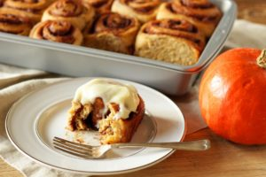 Kürbis-Zimtschnecken (Pumpkin Spice Cinnamon Rolls)